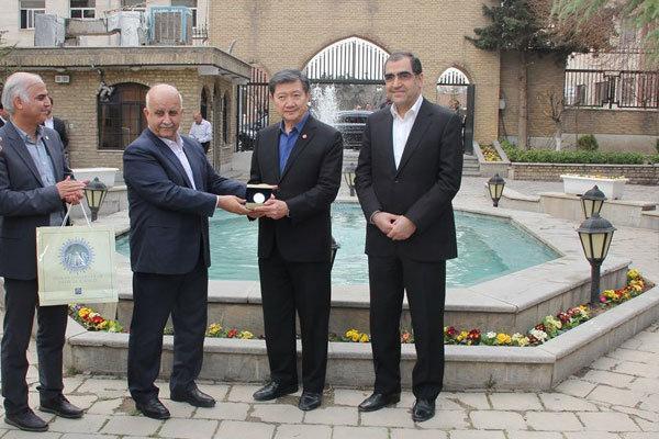 اهدای نشان دانشگاه علوم پزشکی تهران به وزیر بهداشت تایلند