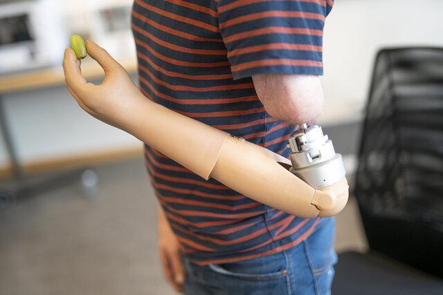 دست مصنوعی که با ذهن کاربر کنترل می گردد