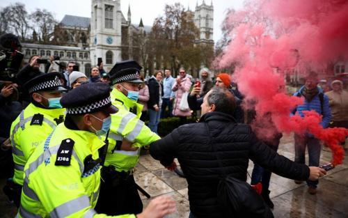 خبرنگاران تظاهرات لندنیها علیه افزایش محدودیتهای کرونایی