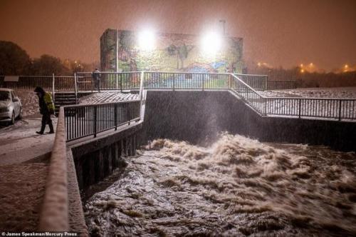 خبرنگاران سیل و طوفان هزاران نفر را در شمال انگلیس بی خانمان کرد